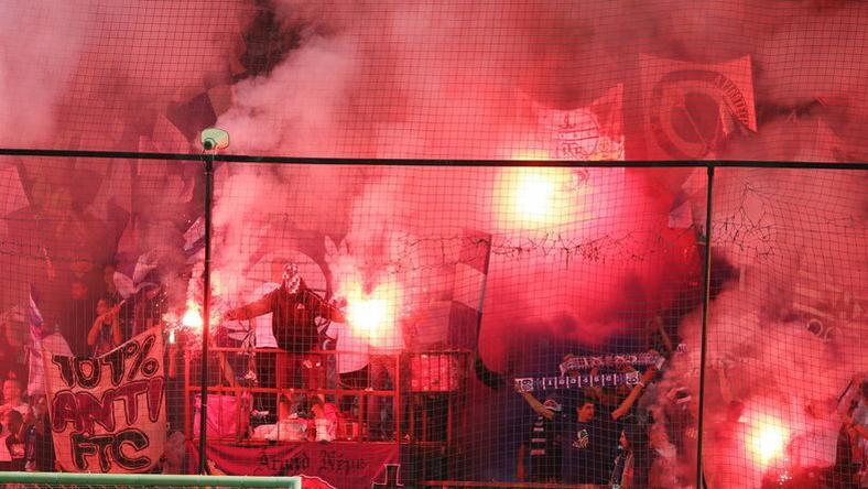 Az újpesti stadionban az ultrák mindig remek hangulatot teremtenek, de az MLSZ pénzbüntetéssel sújtja a szabályszegéseket / fotó: RAS archív