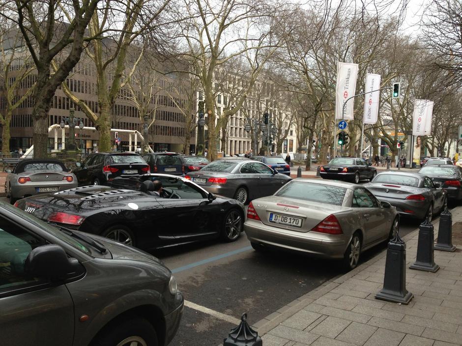 Na ulicach Düsseldorfu można zobaczyć wiele luksusowych samochodów.