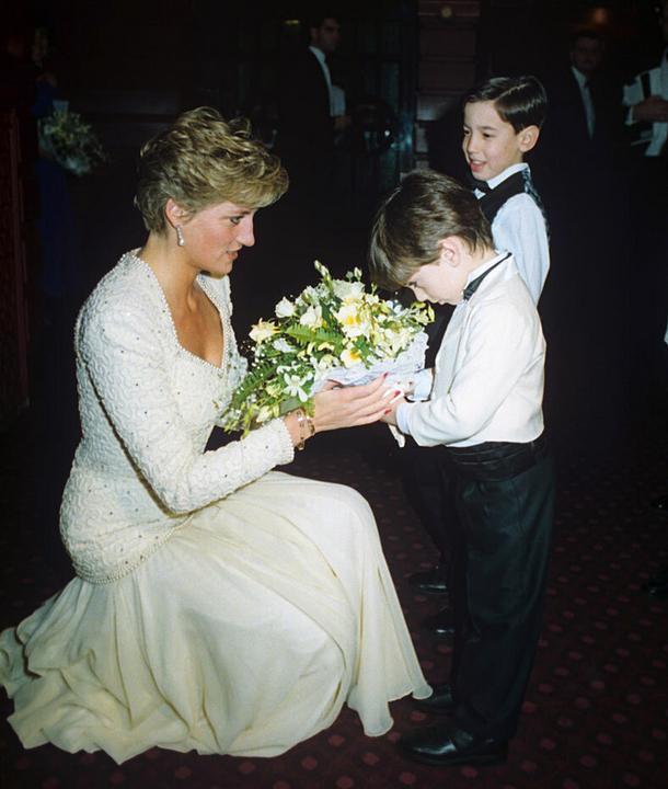 Kezével , szemével is simogat Diana hercegnő