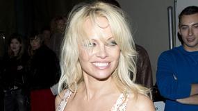 Pamela Anderson robi to, co umie najlepiej, czyli eksponuje biust. Seksowna?