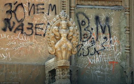 Tragovi nekadašnje raskoši:Zidovi palate ižvrljani su grafitima