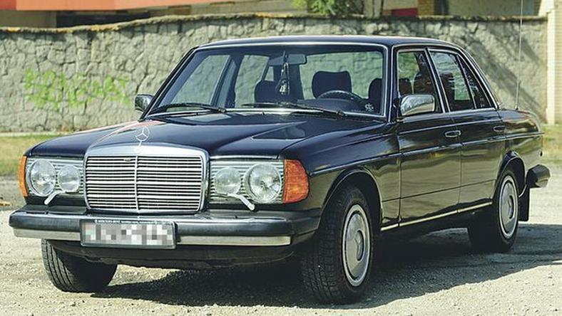 A Mercedes 2300 köbcentis, klíma, ABS, elektromos ablak, legnagyobb különlegessége a fényszórótörlő lapát