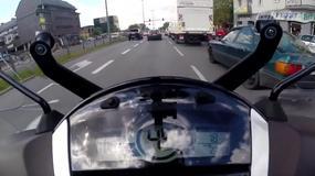 Jazda w korku pomiędzy autami, używanie długich świateł - co w Polsce wolno motocykliście?