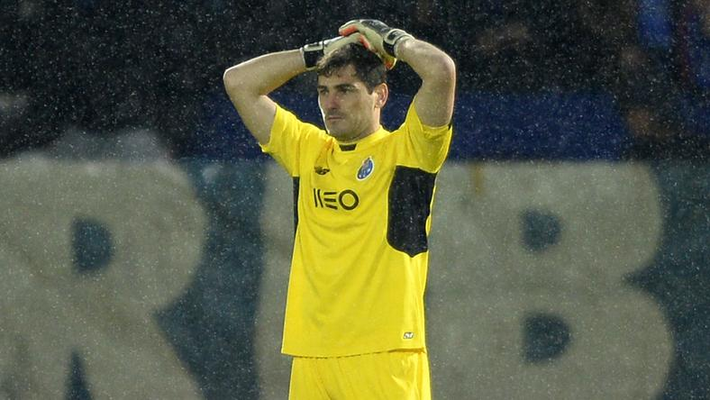Foghatja a fejét Casillas /Fotó: AFP