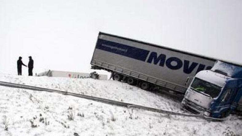Hóhelyzet: árokba csúszva, úton vesztegelve