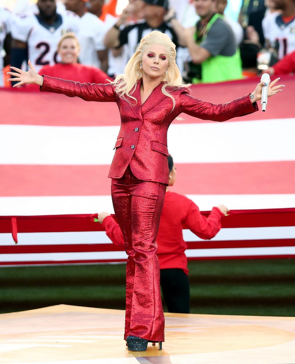 Lady Gaga śpiewa hymn USA przed rozgrywkami Super Bowl 2016