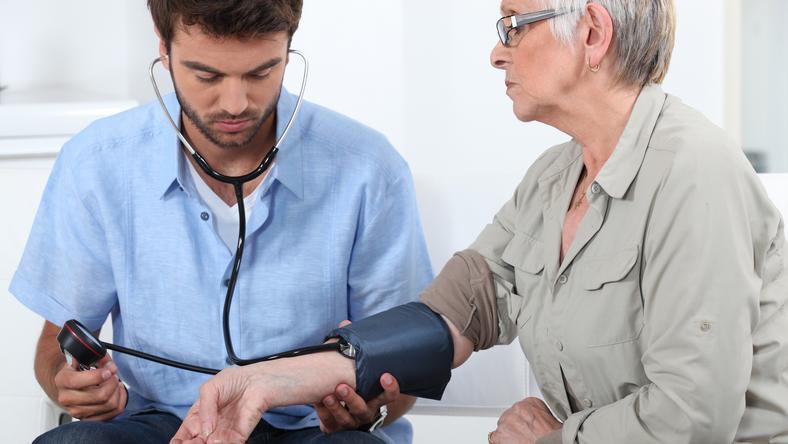 A háziorvos akár otthonában is felkeresheti a beteget, hogy ellenőrizze, indokolt-e táppénzen tartani. /Fotó: Northfoto
