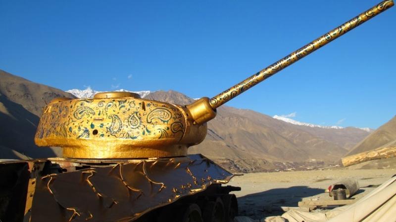 Neda Tayiebi az elhagyatott harci járműveket festi be.