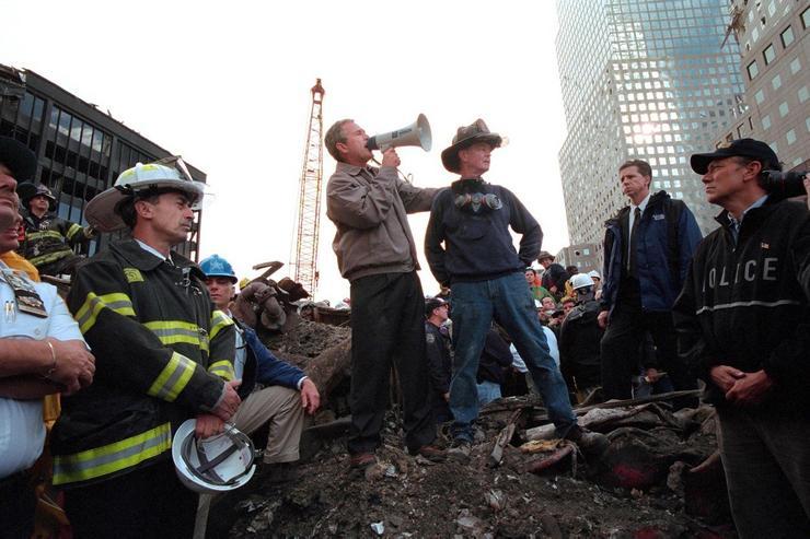 Bush gépre ült a terrortámadás után, hogy személyesen tekintse meg a helyszínt  / Fotó: Profimedia-Reddot