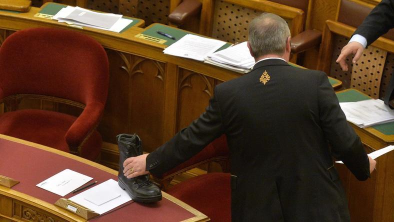 A teremőr vette le Orbán asztaláról a bakkancsot / Fotó : MTI Máthé Zoltán
