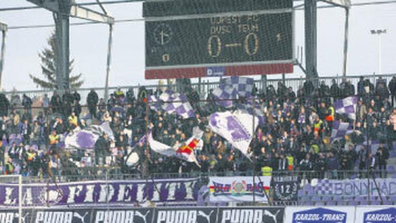 Bár az egyik lelátót átépítik, a szurkolók így is saját stadionjukban láthatják a lila-fehéreket / Fotó: Isza Ferenc