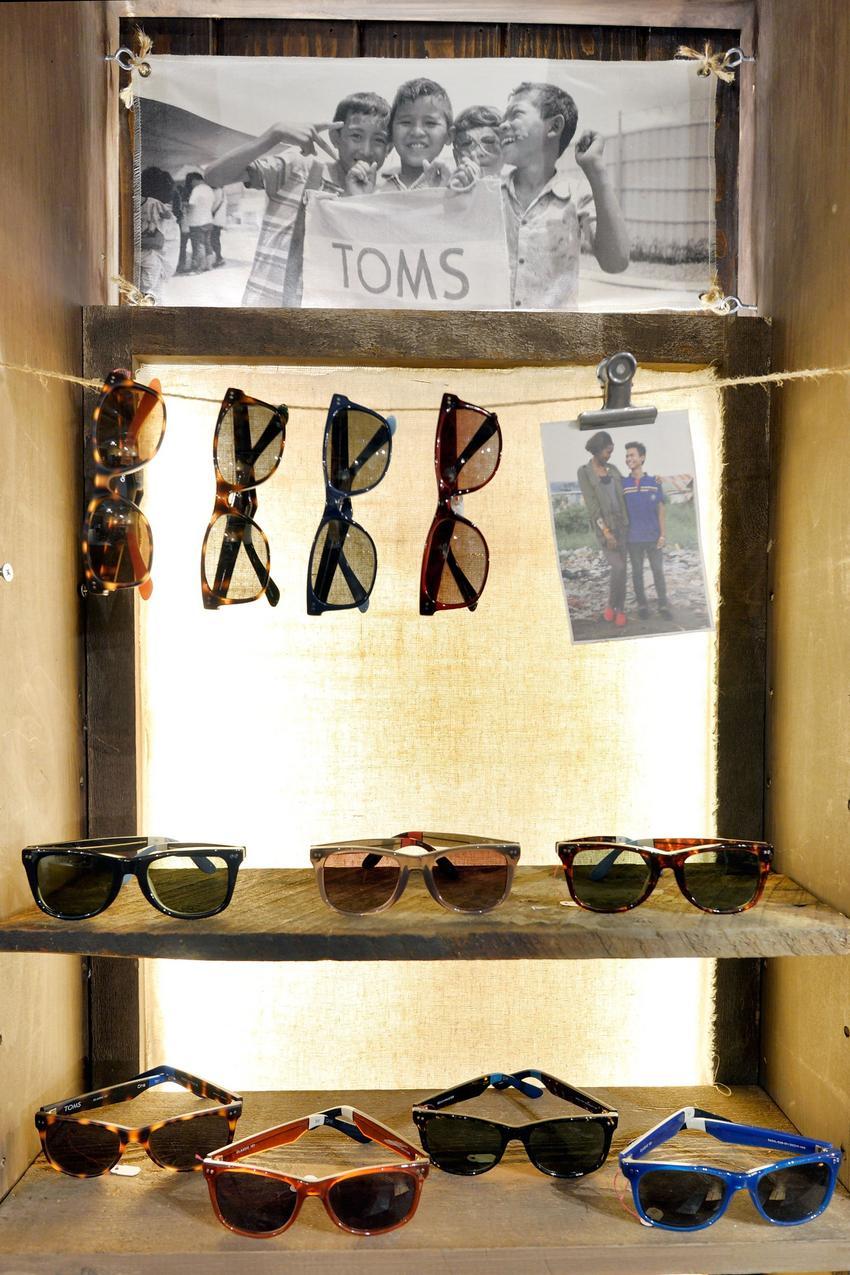 87fc0a8fe842e Otwarcie oficjalnego butiku Toms w Kaliforni w 2012 roku