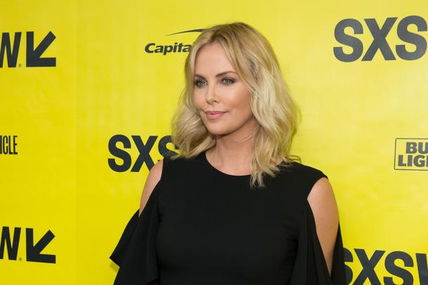 Best Look: Charlize Theron w sukience Givenchy