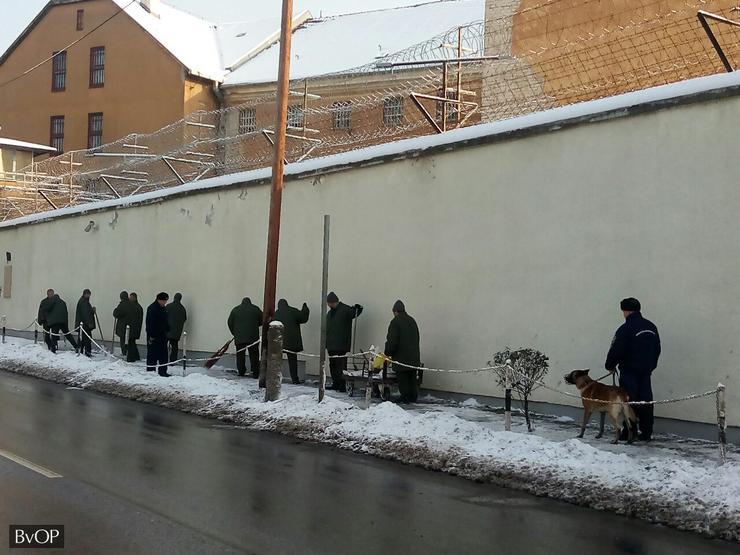 Együttes erővel takarítják a rabok az utcákat / Foto: Blikk