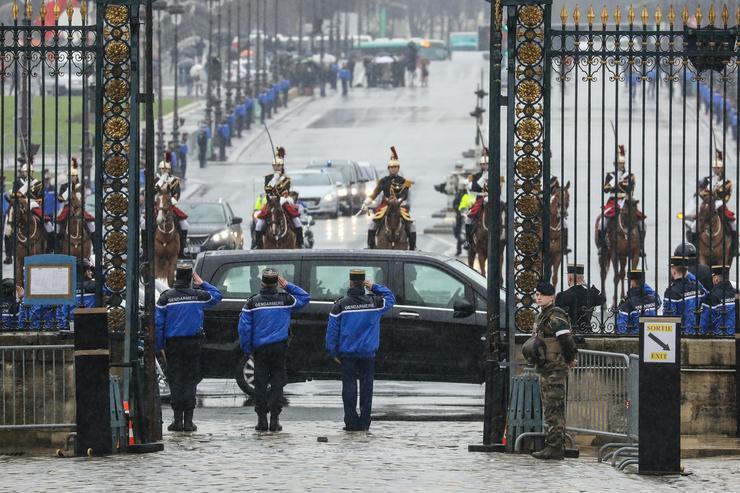 A francia elnök is csatlakozott az egy hete még ismeretlen 44 éves Arnaud Beltrame utolsó útjához /Fotó: MTI