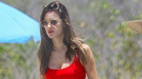 Były aniołek Victoria's Secret w czerwonym bikini. Wciąż ma idealne ciało?