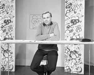 """Maciej Zimiński w programie """"Ekran z bratkiem"""", 1969 r./ fot. TVP/ East News"""