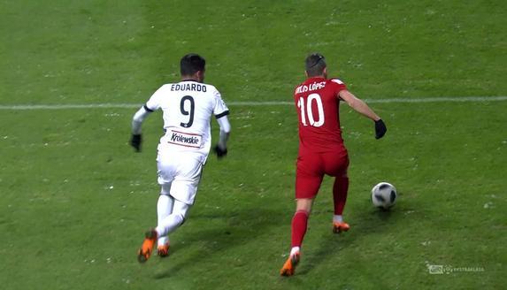 Legia - Wisła K. (0:2): Cóż za kunszt Carlitosa! Hiszpan kapitalnie ograł Eduardo i zaliczył piękną asystę przy golu Veleza