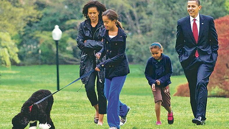 Barack Obama és családja Bót sétáltatja