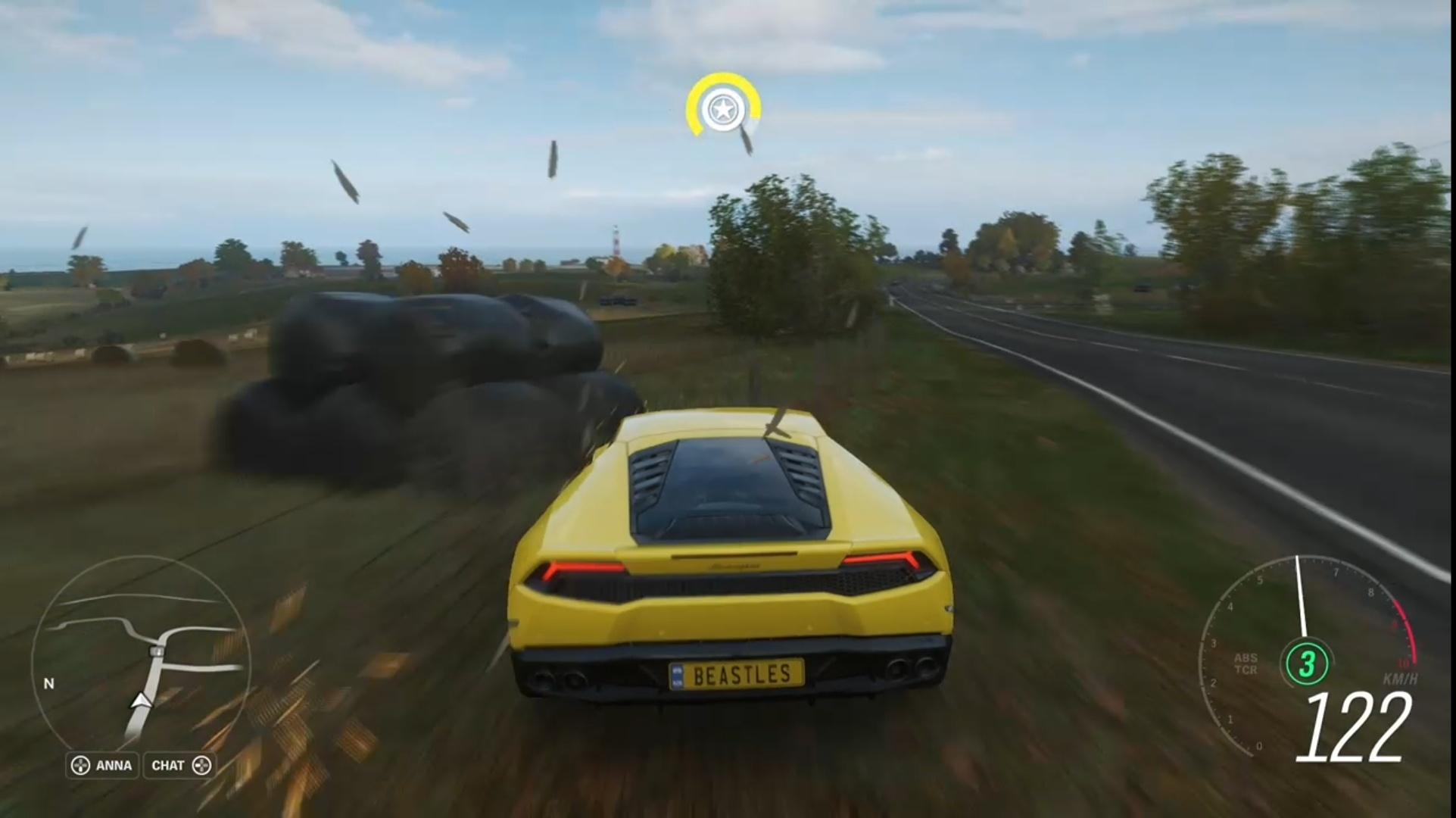 Všimnite si, že služba dynamicky upravuje kvalitu zobrazenia. Keď ide auto rýchlo, rozmazáva nielen pozadie, ale aj samotné auto tak, aby bol obraz čo najplynulejší.