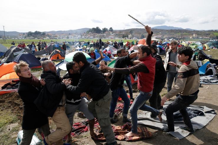 Tuča, očaj... Reakcija nekih od migranata kada su čuli loše vesti o zatvaranju granica. Veoma brzo je došlo do sukoba mišljenja, a potom i tuče.