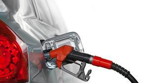 Lepiej ominąć autostradowe stacje benzynowe i zatankować na lokalnej stacji. W ten sposób możemy zaoszczędzić nawet kilkadziesiąt groszy na litr