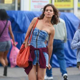 Katie Holmes w krótkiej sukience zaliczyła wpadkę
