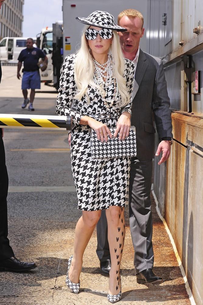 Lady Gaga ubrana w pepitkę spaceruje po ulicach Nowego Jorku