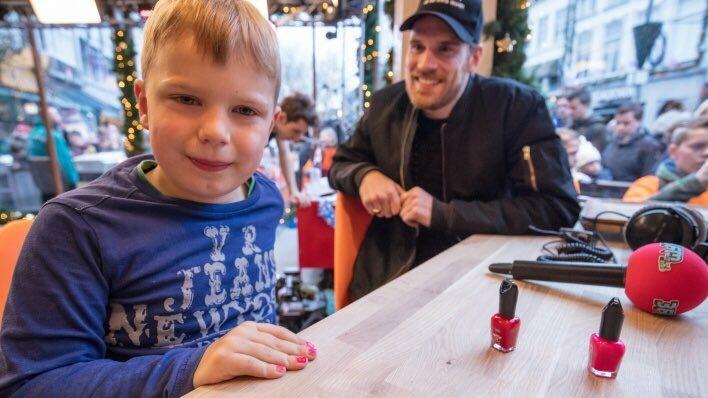 6-letni Tijin zebrał pieniądze dla chorych dzieci, malując paznokcie