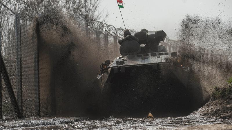 BTR 80-as páncélozott szállító harcjárművek járőröznek Röszkénél /Fotó: MTI