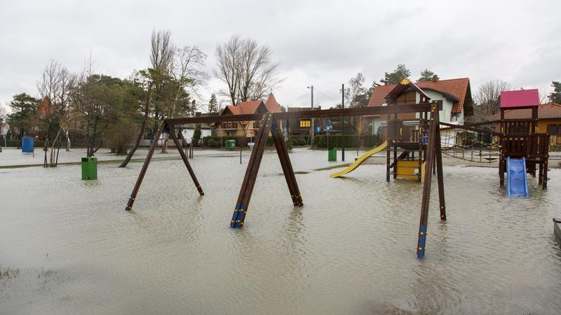 Nem csak a partot árasztotta el a víz / Fotó: MTI