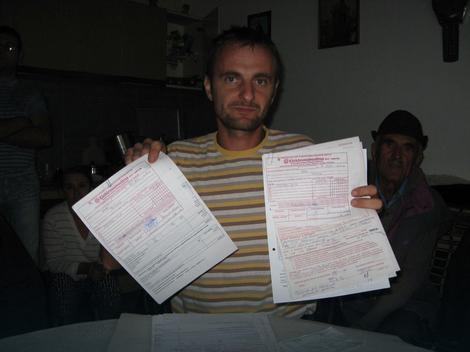 Dragan Vorkapić pokazuje plaćene računeDragan Vorkapić pokazuje plaćene račune