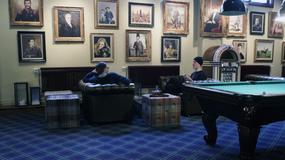 Stół do bilarda, szafa grająca i galeria obrazów czyli ...
