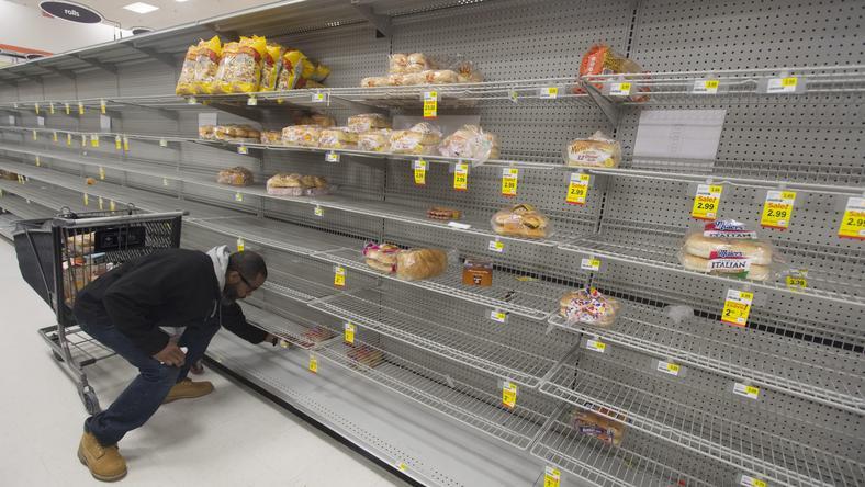 Úgy bevásároltak az amerikaiak, mintha csak hónapokra kéne bezárkózniuk /Fotó: MTI