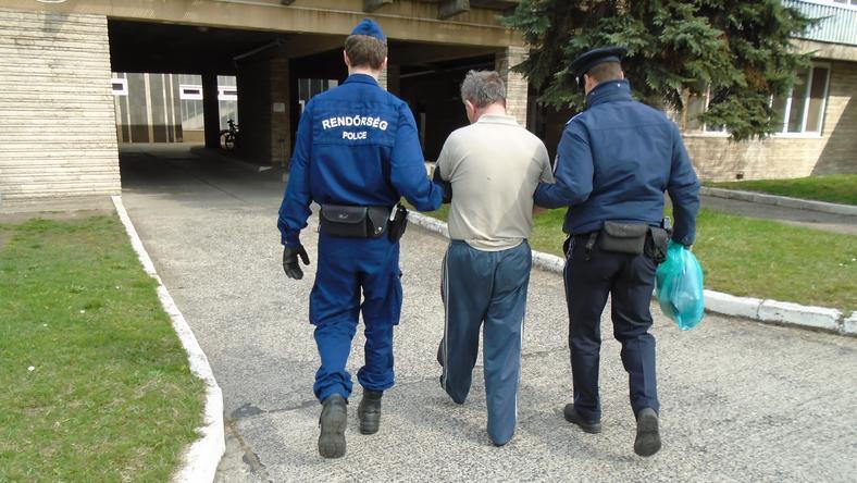 A rendőrök elfogták a késelőt / Fotó: police.hu