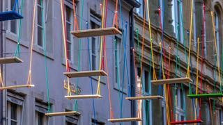 Oryginalna instalacja: Kolorowe huśtawki nad głowami mieszkańców