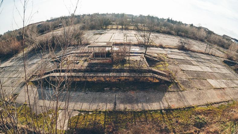 A régi laktanya egyelőre úgy tűnik, eltűnik a semmiben... / Fotó: Nyugat.hu