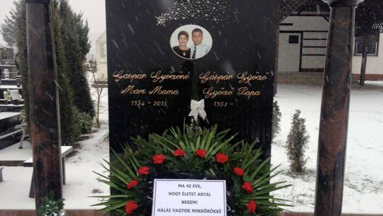 Édesanyja sírja előtt rótta le háláját az életéért Győzike / Fotó: Facebook