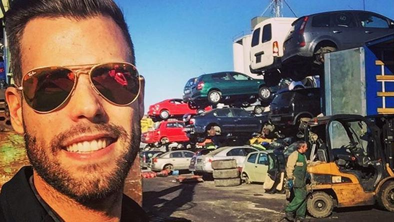 Sok helyütt járt a világban, Rómában egy roncstelepre is elment, mert szereti az autókat