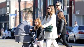 Jessica Alba na spacerze z maleńkim synkiem. Hayes ma siedem tygodni