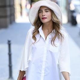 Kamilla Baar w niezwykłym kapeluszu. Ale ma klasę!