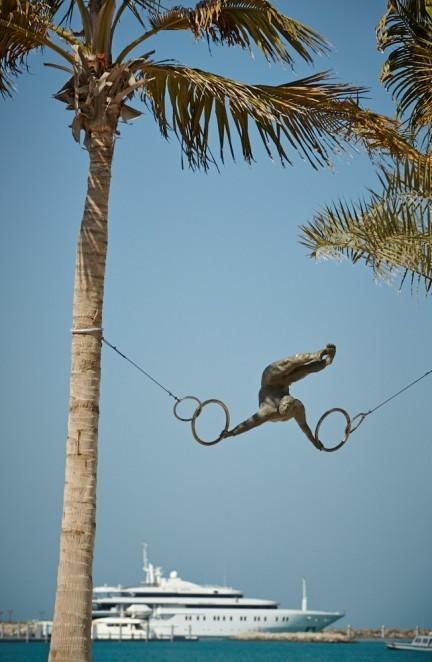 Balansująca rzeźba Jerzego Kędziory