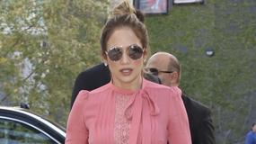 Jennifer Lopez w dziwnej stylizacji na imprezie serialu