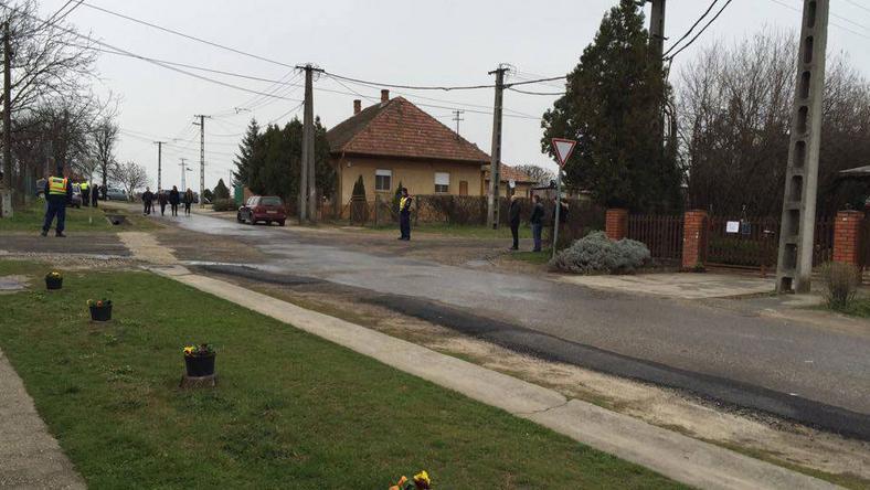 Távolban a temető, K. Bálinték házához vezető úton pedig rendőrök álltak /Fotó: Nagy Flóra