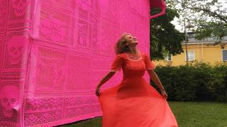 Polska artystka ubrała skandynawskie domy w szydełkowy sweter