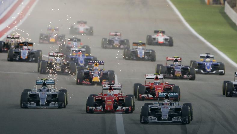 Lewis Hamilton na czele wyścigu w Bahrajnie