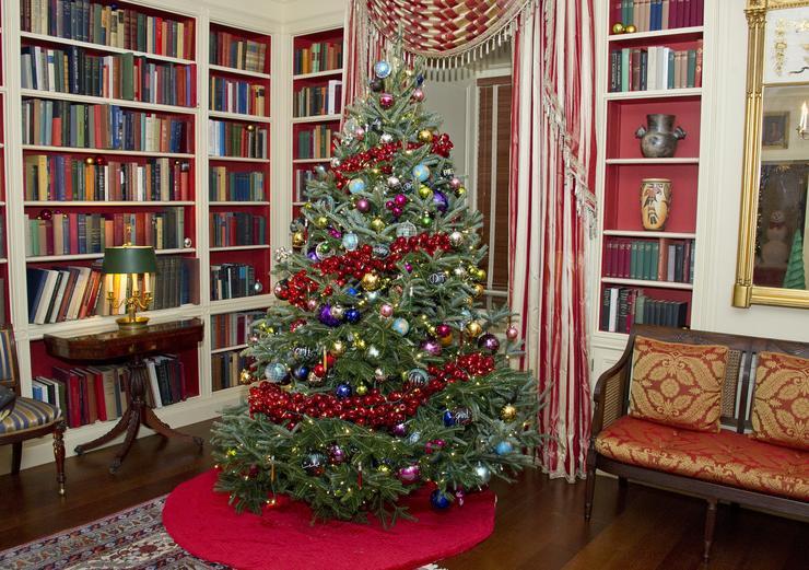 Az irodákban is van természetesen karácsonyfa / Fotó: AFP