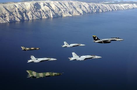 Dva hrvatska MIG-21 (maskirne boje), tri američka F-18 (sivi) i vođa zajedničke eskadrile F-14 iznad obala Istre