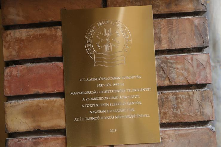 A Szomszédok a mentők népszerűsítéséért kapta a táblát/ Fotó: Varga Imre
