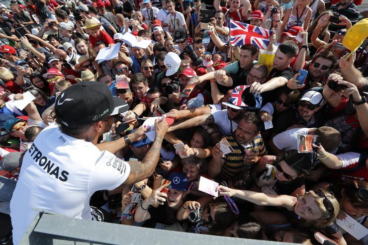 Hamilton aláírásáért tülekedtek a rajongók/Fotó: Fuszek Gábor